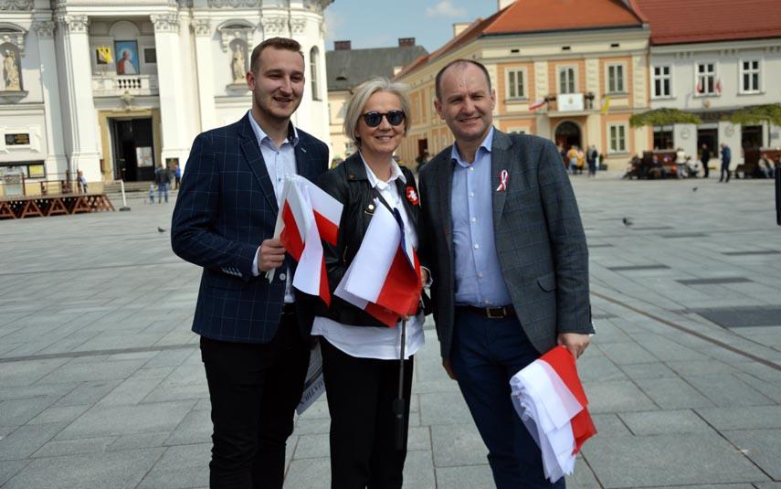Politycy na rynku rozdawali flagi. Przypomnieli mieszkańcom o Dniu Flagi Rzeczypospolitej Polskiej