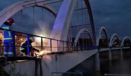 Nietypowa akcja strażaków. Zapaliła się instalacje elektryczna na moście