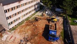 Zakończyły się prace rozbiórkowe budynku oddziału zakaźnego starego szpitala. Starostwo zapowiada jednak kolejne